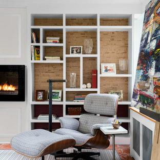 Imagen de sala de estar con biblioteca retro, de tamaño medio, con paredes blancas, suelo de baldosas de terracota, chimenea lineal y suelo rojo