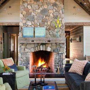 Diseño de sala de estar abierta, rústica, de tamaño medio, sin televisor, con chimenea tradicional, marco de chimenea de piedra, paredes beige y moqueta