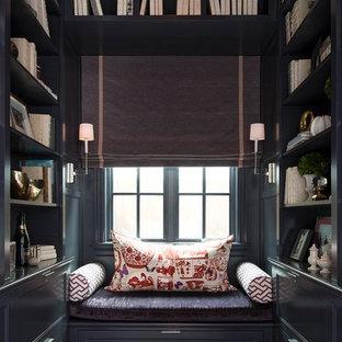 Ispirazione per un soggiorno classico con libreria, pareti nere e pavimento in legno verniciato