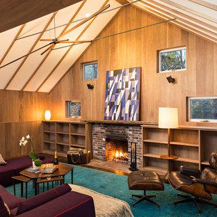 ボストンのコンテンポラリースタイルのおしゃれな独立型ファミリールーム (茶色い壁、濃色無垢フローリング、標準型暖炉、レンガの暖炉まわり、茶色い床) の写真