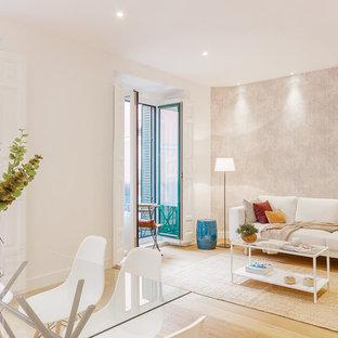 Idee per un soggiorno scandinavo di medie dimensioni e aperto con sala della musica, pavimento in compensato, nessun camino e nessuna TV