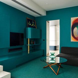 Foto di un soggiorno design chiuso con pareti verdi, moquette, nessun camino, TV a parete e pavimento verde