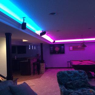 Idee per un soggiorno minimal di medie dimensioni e chiuso con sala giochi e TV a parete