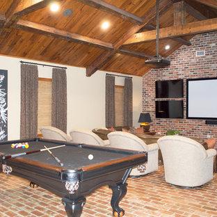 ニューオリンズの大きいトラディショナルスタイルのおしゃれなファミリールーム (ゲームルーム、ベージュの壁、レンガの床、壁掛け型テレビ、茶色い床) の写真