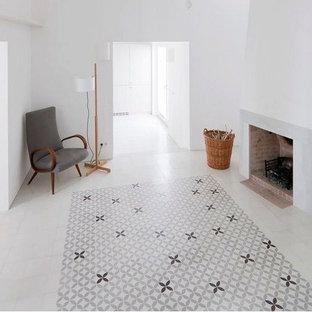 マイアミの大きいビーチスタイルのおしゃれなファミリールーム (ホームバー、コンクリートの床、コーナー設置型暖炉、レンガの暖炉まわり、グレーの床) の写真