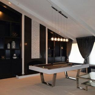 Esempio di un grande soggiorno contemporaneo aperto con sala giochi, pareti bianche, moquette, camino classico, cornice del camino in intonaco, nessuna TV e pavimento beige