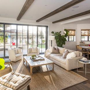 Offenes Maritimes Wohnzimmer mit weißer Wandfarbe, braunem Holzboden und braunem Boden in Los Angeles