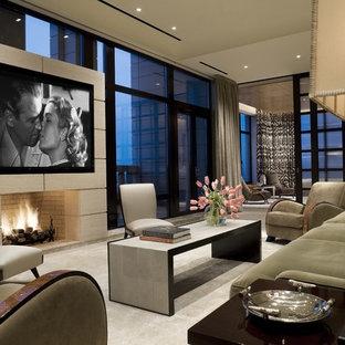 Ejemplo de sala de estar tradicional renovada, grande, con chimenea tradicional, pared multimedia, moqueta y marco de chimenea de piedra