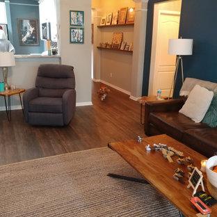 オースティンのトランジショナルスタイルのおしゃれなファミリールーム (青い壁、クッションフロア、茶色い床) の写真