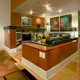 Mittelgroßes Modernes Wohnzimmer im Loft-Stil mit weißer Wandfarbe, hellem Holzboden, Kamin und Eck-TV in Sonstige