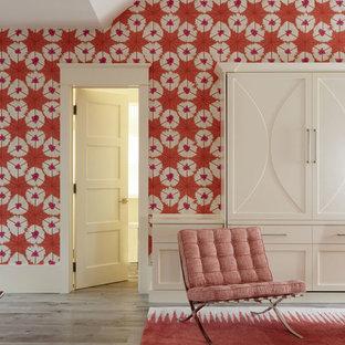 Inspiration pour une salle de séjour traditionnelle de taille moyenne et fermée avec un mur orange, un sol en bois clair et un sol marron.