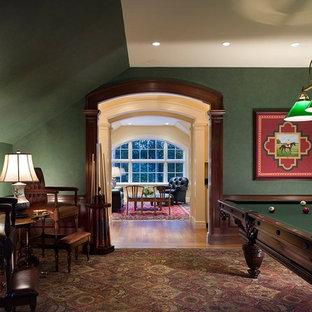 Ispirazione per un soggiorno chic chiuso con sala giochi e pareti verdi