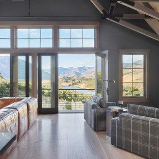 Immagine di un grande soggiorno country aperto con pareti beige, parquet chiaro, stufa a legna, cornice del camino in mattoni, porta TV ad angolo e pavimento beige