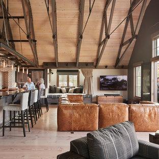 Стильный дизайн: большая открытая гостиная комната в стиле кантри с бежевыми стенами, светлым паркетным полом, печью-буржуйкой, фасадом камина из кирпича, угловым ТВ и бежевым полом - последний тренд