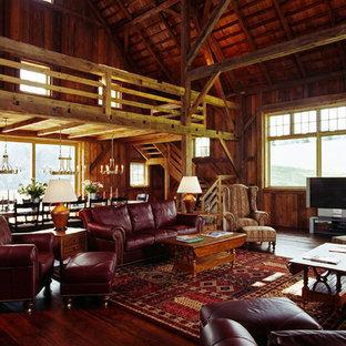 Idée de décoration pour une grand salle de séjour champêtre ouverte avec un mur marron, un sol en bois foncé et un téléviseur indépendant.