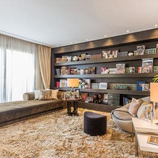 Imagen de sala de estar con biblioteca contemporánea, grande, con paredes blancas, suelo de mármol y suelo beige
