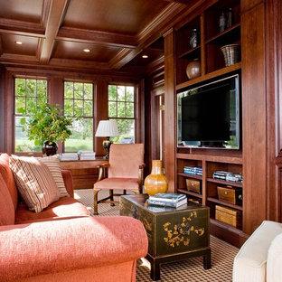 Abgetrenntes, Großes Klassisches Wohnzimmer mit brauner Wandfarbe, Teppichboden und Multimediawand in Boston