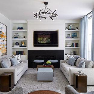 Imagen de sala de estar con biblioteca cerrada, tradicional renovada, de tamaño medio, con paredes blancas, moqueta, marco de chimenea de metal, pared multimedia, chimenea lineal y suelo gris