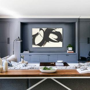 サンフランシスコのトランジショナルスタイルのおしゃれなファミリールーム (青い壁、濃色無垢フローリング、茶色い床) の写真