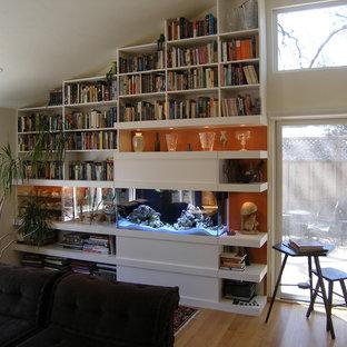 Mittelgroßes Modernes Wohnzimmer mit oranger Wandfarbe und hellem Holzboden in San Francisco