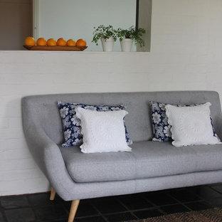 Esempio di un soggiorno contemporaneo di medie dimensioni e aperto con pareti bianche, pavimento in ardesia e pavimento grigio