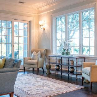 チャールストンの大きいトラディショナルスタイルのおしゃれな独立型ファミリールーム (白い壁、埋込式メディアウォール、濃色無垢フローリング、暖炉なし、茶色い床) の写真