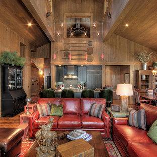 Imagen de sala de estar abierta, rural, con paredes marrones