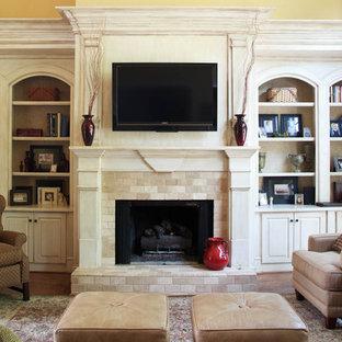 Ispirazione per un soggiorno tradizionale con cornice del camino in pietra