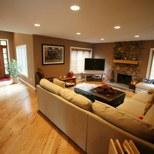 Неиссякаемый источник вдохновения для домашнего уюта: открытая гостиная комната среднего размера в стиле кантри с коричневыми стенами, светлым паркетным полом, стандартным камином, угловым ТВ и фасадом камина из камня
