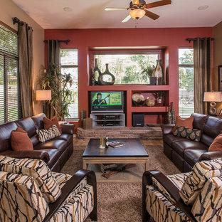 Diseño de sala de estar abierta, clásica renovada, pequeña, sin chimenea, con paredes rojas, suelo de madera clara y pared multimedia