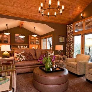 Diseño de sala de estar abierta, contemporánea, sin chimenea y televisor, con paredes marrones y suelo de madera en tonos medios