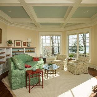 ワシントンD.C.の中サイズのおしゃれな独立型ファミリールーム (濃色無垢フローリング、テレビなし、ベージュの壁、暖炉なし、茶色い床) の写真