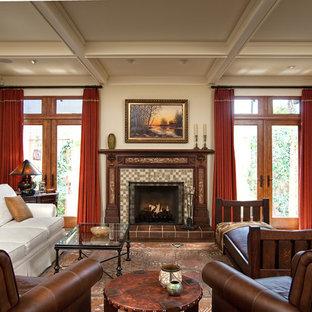 Ispirazione per un grande soggiorno stile americano chiuso con pareti bianche, camino classico, cornice del camino piastrellata, pavimento in legno massello medio, parete attrezzata e pavimento marrone