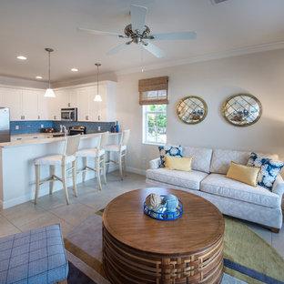 マイアミの中サイズのビーチスタイルのおしゃれなファミリールーム (グレーの壁、セラミックタイルの床、暖炉なし、ベージュの床) の写真