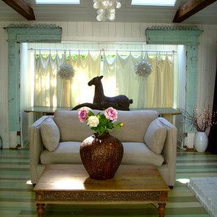 Modelo de sala de estar ecléctica con paredes blancas, suelo de madera pintada y suelo verde
