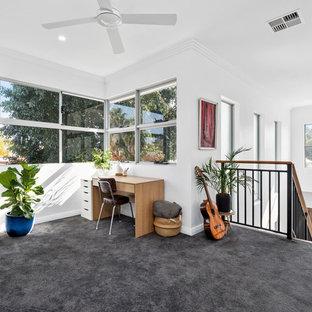 Cette image montre une petite salle de séjour design ouverte avec un mur blanc, moquette et un sol vert.