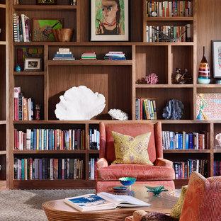 オースティンの広いミッドセンチュリースタイルのおしゃれなオープンリビング (ライブラリー、カーペット敷き、茶色い床) の写真