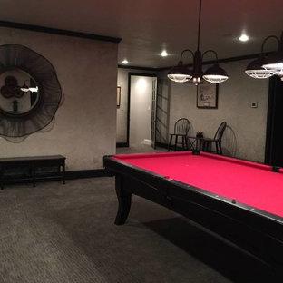 オースティンの大きいインダストリアルスタイルのおしゃれなファミリールーム (マルチカラーの壁、カーペット敷き、暖炉なし、壁掛け型テレビ) の写真