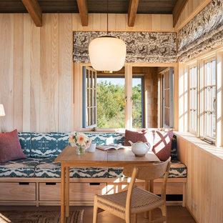 Esempio di un soggiorno stile marino con pareti beige e parquet chiaro