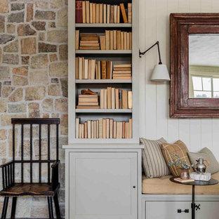 Idee per un soggiorno classico aperto con parquet scuro, camino classico, cornice del camino in intonaco, TV nascosta e pavimento grigio
