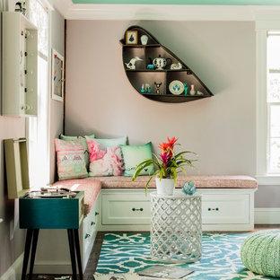 Ejemplo de sala de estar cerrada, tradicional renovada, grande, sin televisor, con paredes rosas, suelo de madera en tonos medios, chimenea tradicional y marco de chimenea de piedra