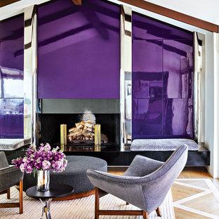 他の地域のコンテンポラリースタイルのおしゃれなファミリールーム (紫の壁、無垢フローリング、標準型暖炉、茶色い床) の写真