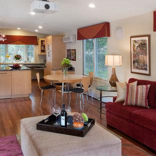Esempio di un ampio soggiorno minimal aperto con pavimento in legno massello medio, pareti beige, nessun camino e TV nascosta