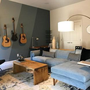 アトランタの大きいミッドセンチュリースタイルのおしゃれな独立型ファミリールーム (ミュージックルーム、青い壁、カーペット敷き、暖炉なし、埋込式メディアウォール) の写真