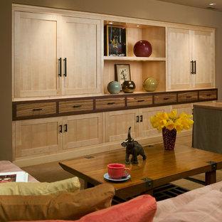 Diseño de sala de estar cerrada, asiática, grande, con paredes marrones, moqueta, pared multimedia y suelo amarillo