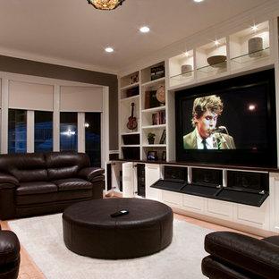 Diseño de sala de estar cerrada, tradicional renovada, pequeña, con televisor colgado en la pared