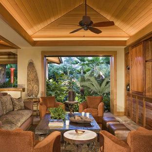 Esempio di un soggiorno tropicale con pareti beige