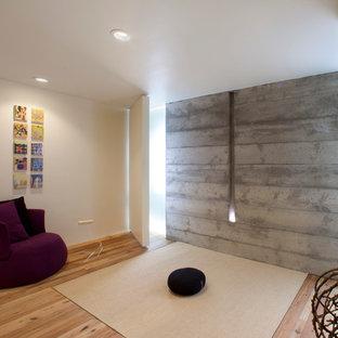 Idee per un soggiorno moderno con pareti beige, pavimento in legno massello medio e nessuna TV