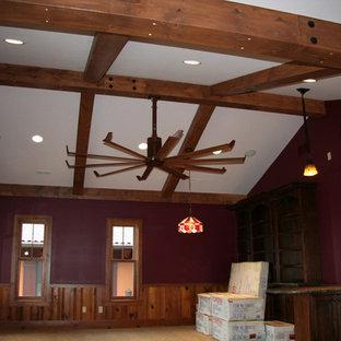 Esempio di un soggiorno mediterraneo chiuso con sala giochi, pareti viola e moquette