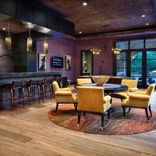 Esempio di un soggiorno mediterraneo chiuso con angolo bar, pareti viola e TV a parete